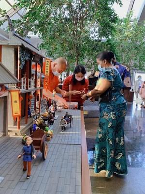 El tercer secretario de Zimbabue y su familia haciendo figuras de mazapa¡n, una forma de arte chino tradicional. (PRNewsfoto/Beijing CBD International Investment Promotion Co., Ltd.)